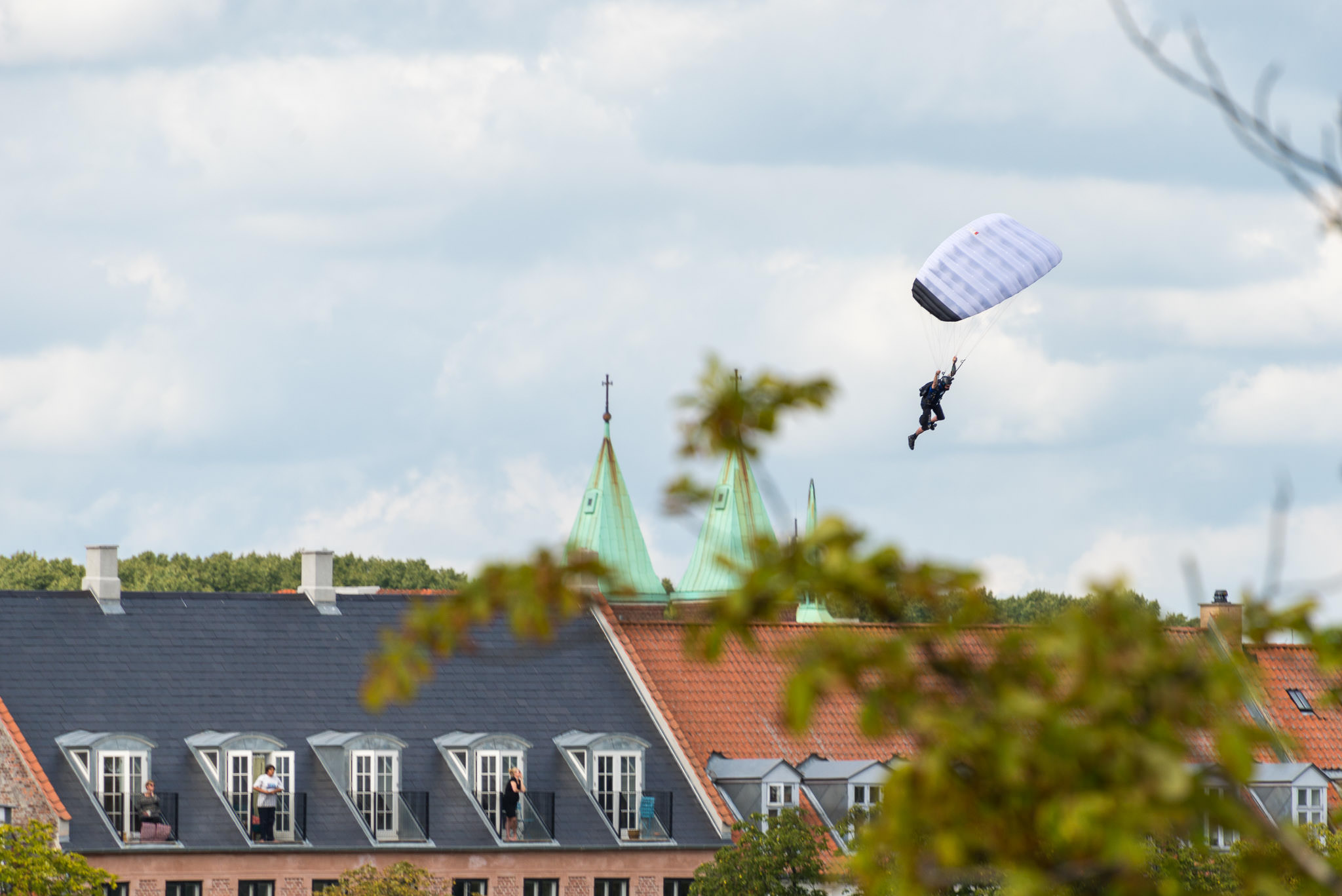 Faldskærmsudspringer over Peblinge Sø - Swoop Challenge